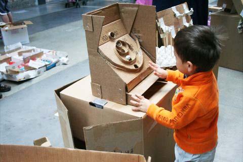 đồ chơi của bé làm từ thùng các tông cũ
