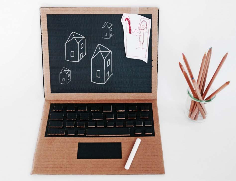 Chiếc laptop đáng yêu được làm từ giấy bìa carton