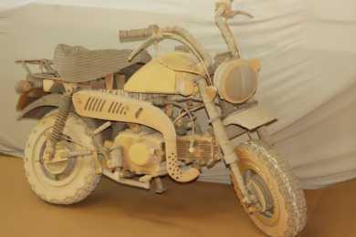 chiếc xe máy được ghép thanh từ bìa carton